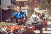 Fotografia uomo a cavallo atv veicolo fuori strada, tema persone sport allaria aperta activitiies