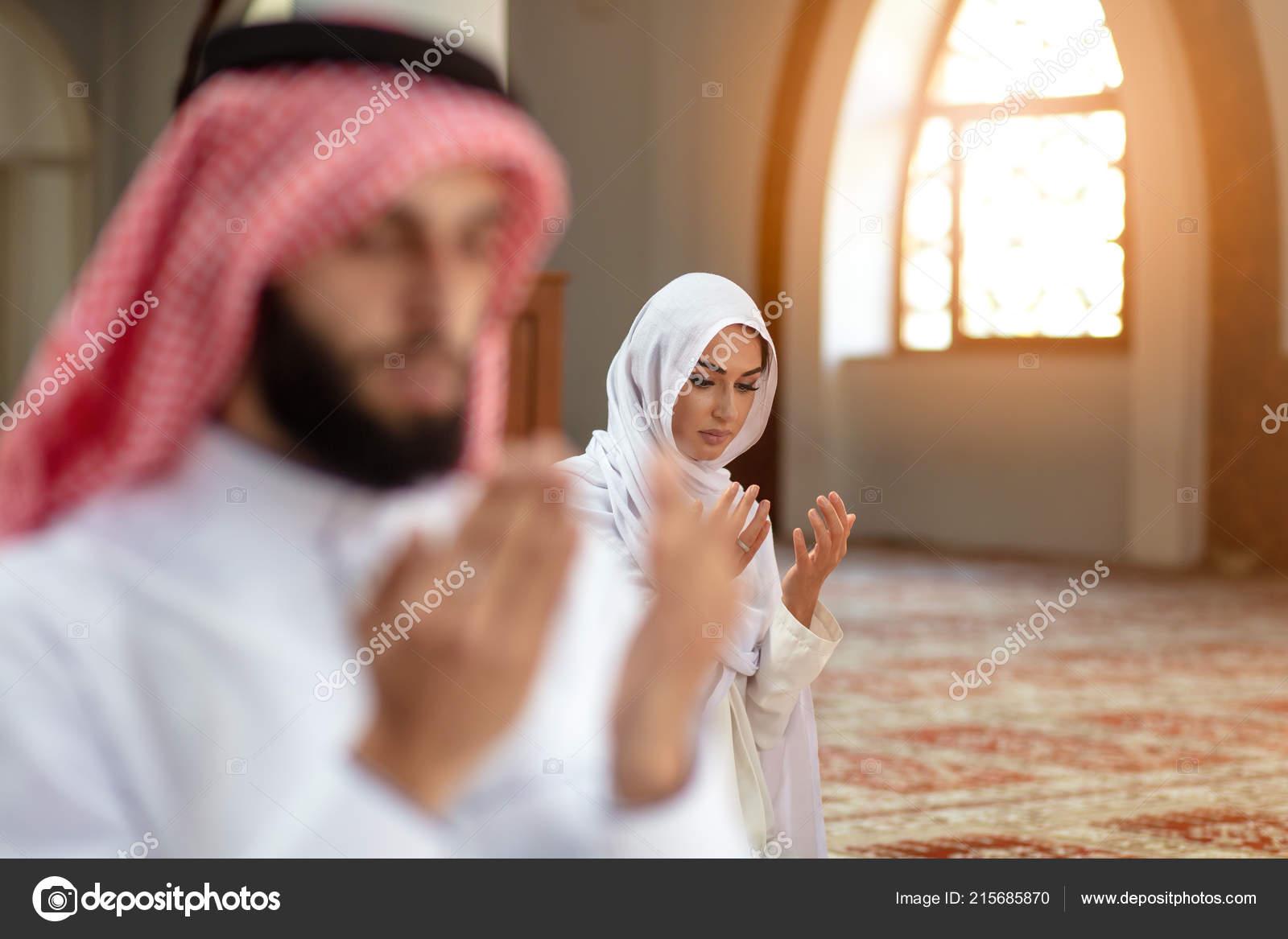 1e92deb10c7a Μουσουλμάνος προσεύχεται άνδρας και γυναίκα στο Τζαμί — Φωτογραφία Αρχείου