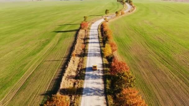 Dolly zoom letecký pohled na podzimní silniční auto. Skyl pohled země silnice na podzim. Pohled na polní a dálniční drony. Autosalon v horním pohledu