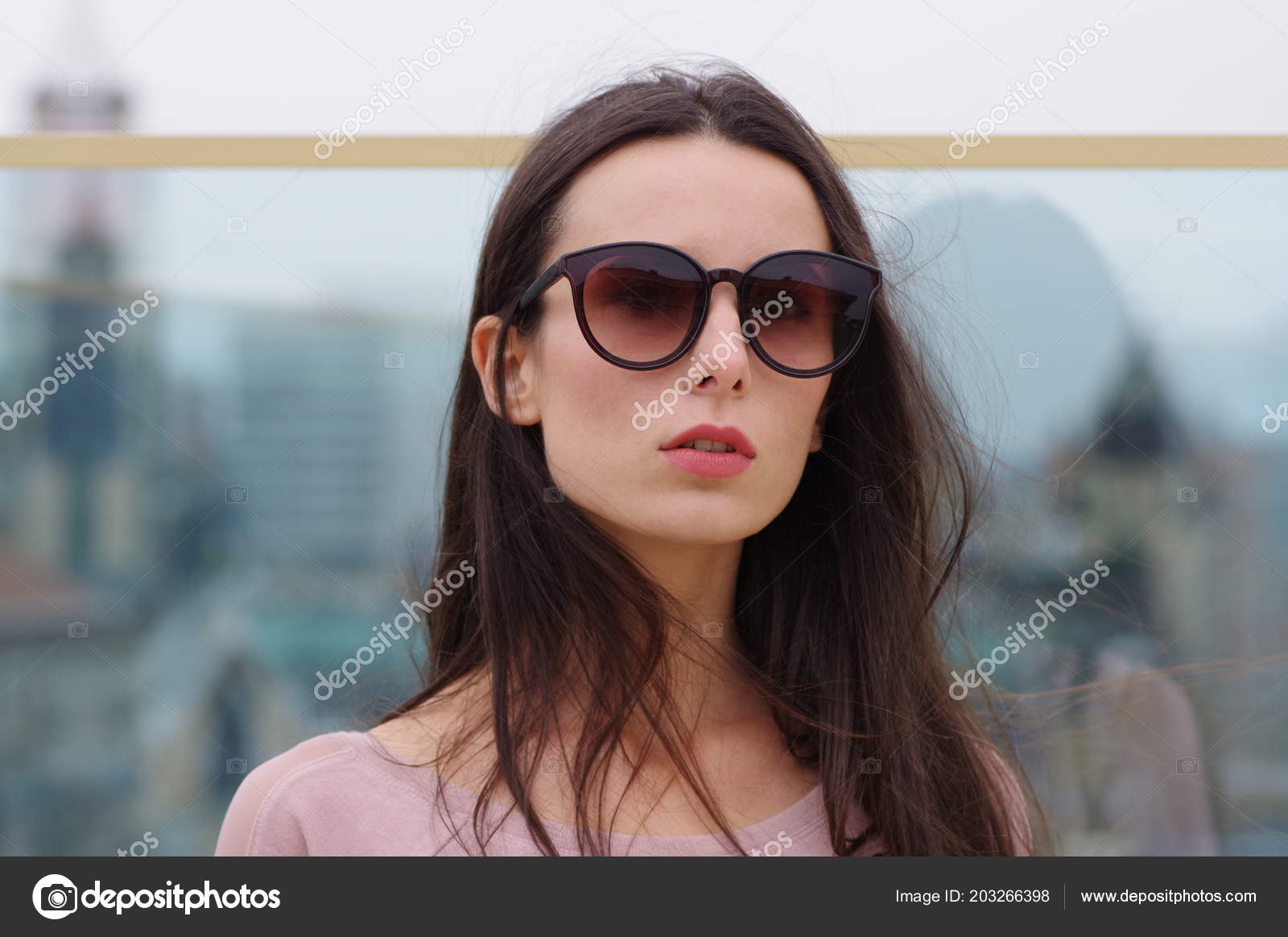 0ed4dd6698 Μακρυμάλλης μελαχρινή γυναίκα σε μεγάλα γυαλιά ηλίου — Φωτογραφία Αρχείου