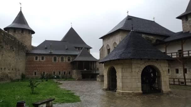 Chocimi erőd, kilátás a belső udvarra, tornyok, központi tér, drámai ég, történelmi épület, középkori védelmi struktúra, esős