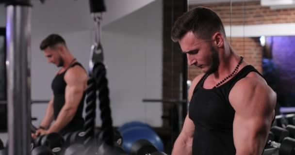 Portrét kondici člověka v sportovní zvedání těžkých břemen během relace cvičení v tělocvičně. Muž, vykonávajících jen stěží sportovní vybavení v tělocvičně. Sportovní a fitness koncept