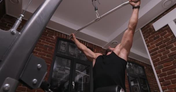 Svalnatý muž dělá crossfit trénink v temné stinné posilovně zvedat velké váhy. Zdraví a fitness koncept