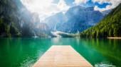 Braies Lake v Dolomitských horách Seekofel v pozadí, Sudtirol, Itálie. Jezero Braies je také známé jako Lago di Braies. Jezero je obklopeno horami, které se odráží ve vodě.