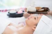 Nyugodt nő készített spa masszázs terapeuta gazdaság háttérben spa kezelés spa ágyon. Luxus wellness, a stressz enyhítésére és fiatalító koncepció.