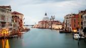 Fotografia Città di Venezia con splendida vista del Canal grande di Venezia e Basilica di Santa Maria della Salute ad alba. Venezia è meta turistica famosa in Italia per la sua città unica al mondo e la cultura.