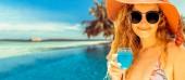 Boldog fiatal nő visel fürdőruhát Resort trópusi homokos strand nyári vonatkozó nyaralás utazás.