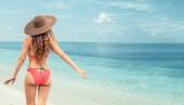 Fotografie Šťastná mladá žena nosí plavky tropické písku beach Resort v létě na dovolené cestování dovolená