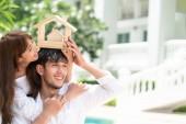 Mladý pár v úmyslu koupit dům a mít šťastný život.
