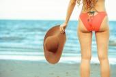 Šťastná mladá žena na sobě plavky dobře baví na tropické pláži v létě na dovolené cestování dovolená.