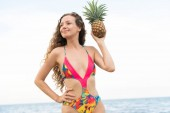 Boldog fiatal nő visel fürdőruhát a trópusi homokos strand nyári vonatkozó nyaralás utazás.