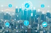 Inteligentní město Bezdrátové komunikační síť s Obrázek znázorňující pojem internet of things (Iot) a informační a komunikační technologie (Ict) proti moderní městské budovy v pozadí.