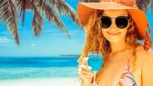 Fotografie Šťastná mladá žena nosí plavky tropické písku beach Resort v létě na dovolené cestování dovolená.