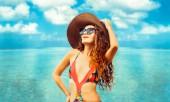 Šťastná mladá žena nosí plavky tropické písku beach Resort v létě na dovolené cestování dovolená