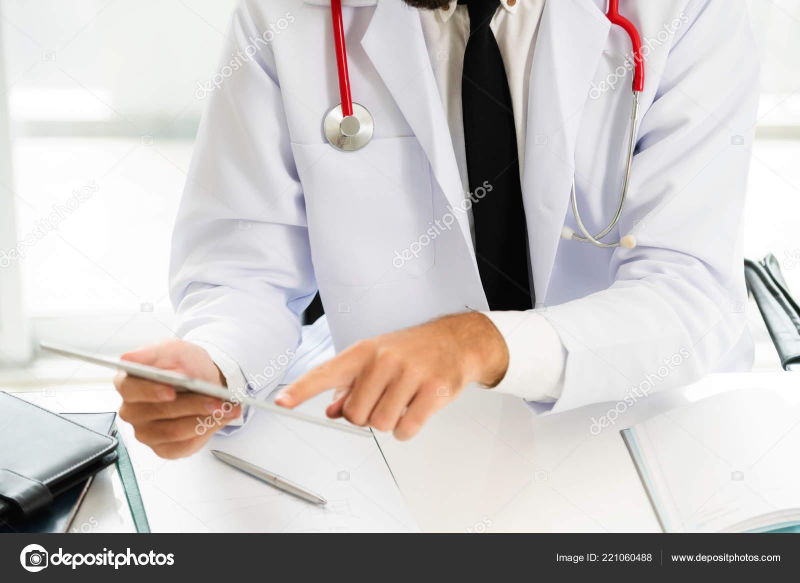 27f552127 Médico Trabaja Equipo Tablet Oficina Hospital Concepto Médico Profesional  Salud — Foto de Stock