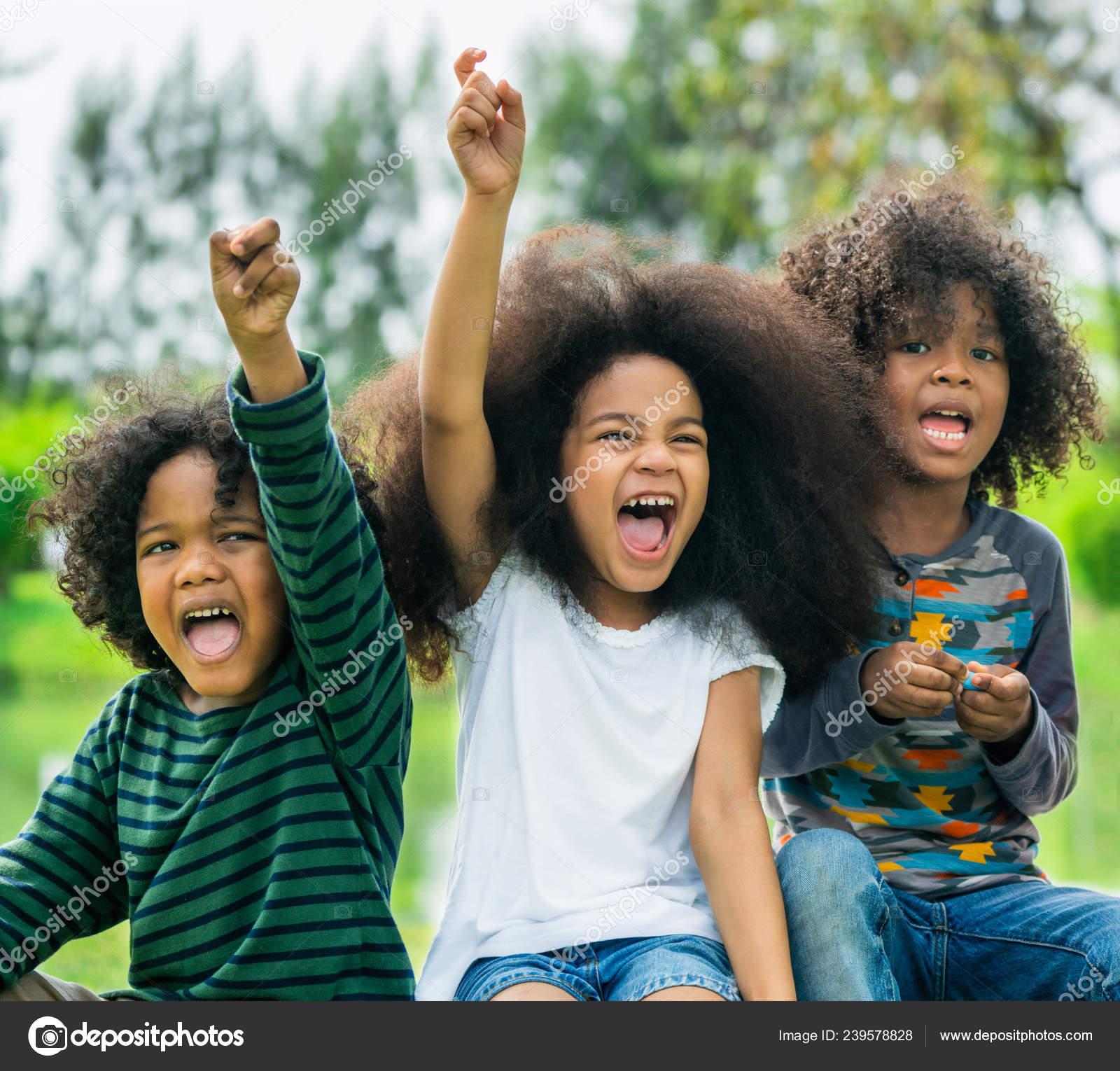 29829d70366 Ευτυχισμένη Αφρικανική Αμερικανική Αγόρι Και Κορίτσι Παιδιά Ομάδα ...