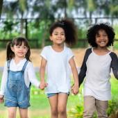 Boldog afro-amerikai fiú és lány gyerekek csoport játszóterét, az iskolában. Gyermekek barátság és oktatási koncepció.