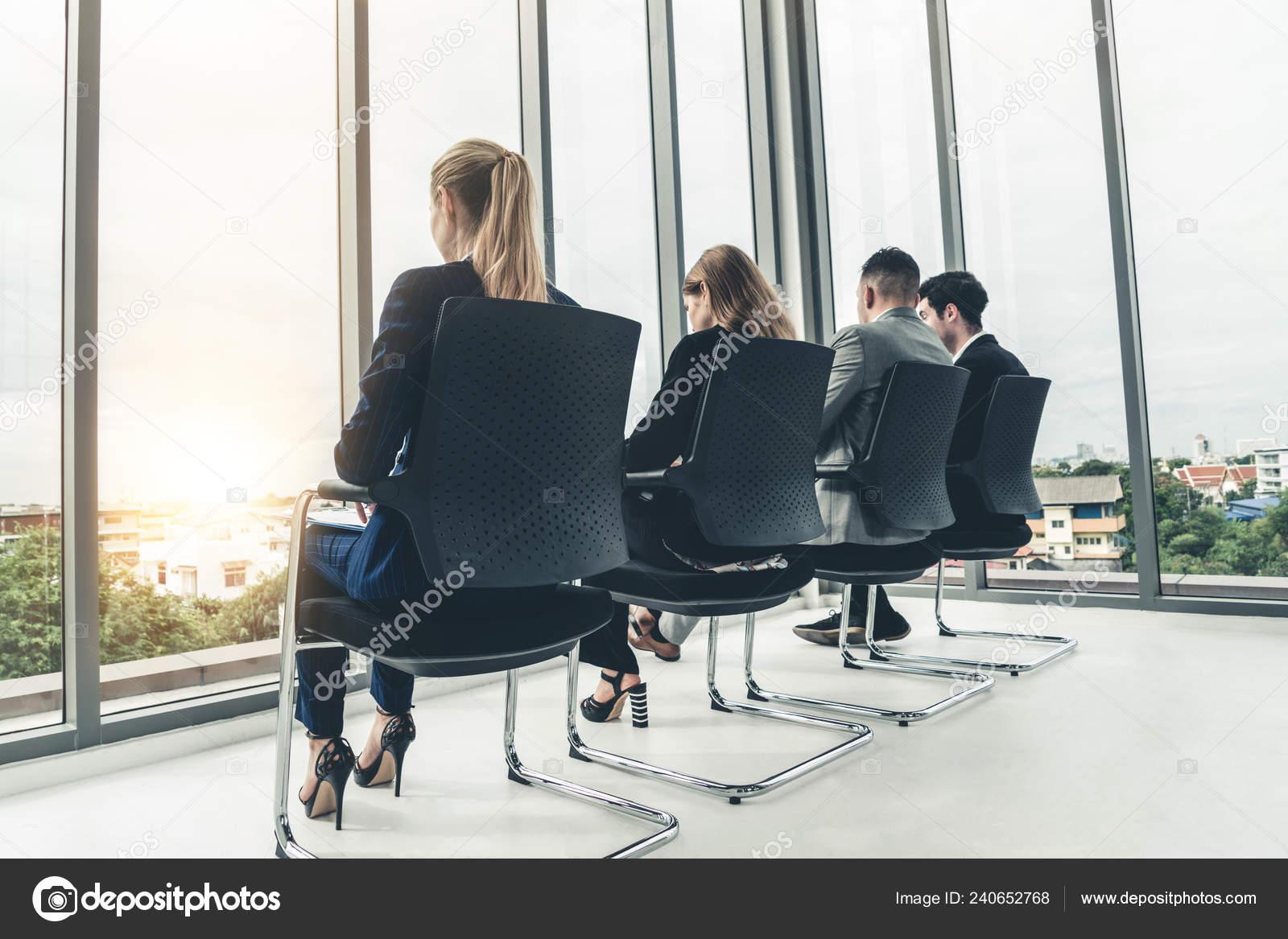 Sedie Ufficio Stock.Donne Uomini Affari Attesa Sulle Sedie Ufficio Lavoro