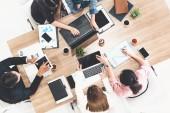 Obchodní lidé ve skupině setkání v kanceláři Office Room.