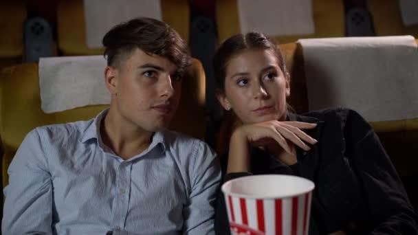 Muži a ženy sledují tajemné filmy.