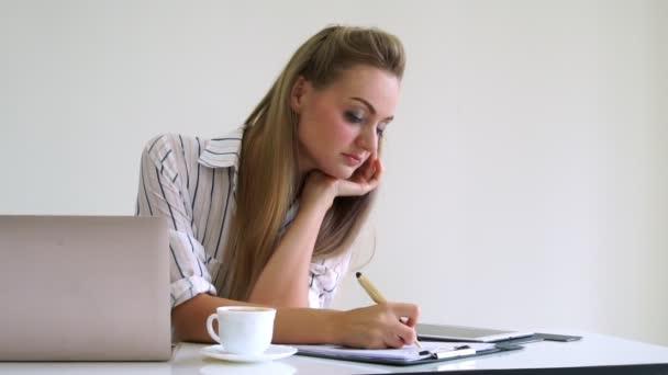 Blondýny obchodní žena pracující v moderní kanceláři.
