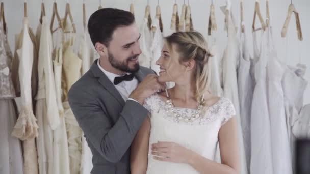 Šťastná nevěsta a ženich ve svatebních šatech připravit na svatbu ve svatebním obřadu.