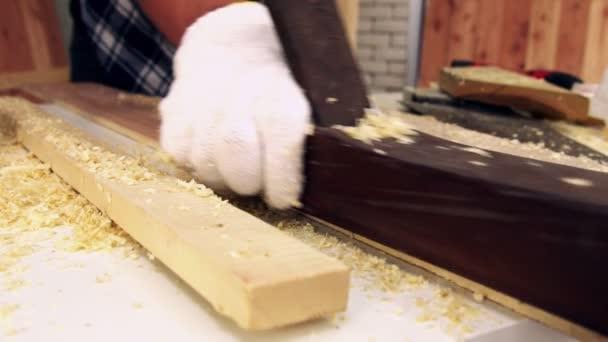 Tischler arbeitet in Werkstatt an Holzhandwerk