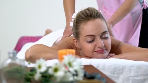 Žena dostane masáž zad lázně masážní terapeut.
