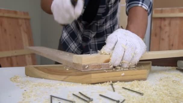 Tesař pracující na dřevěných řemeslech v dílně