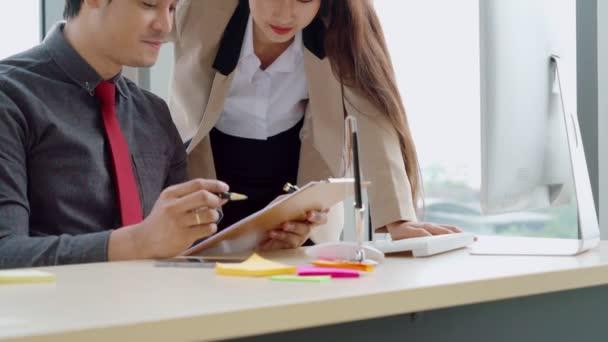 Dva obchodníci mluví o strategii projektu v kanceláři