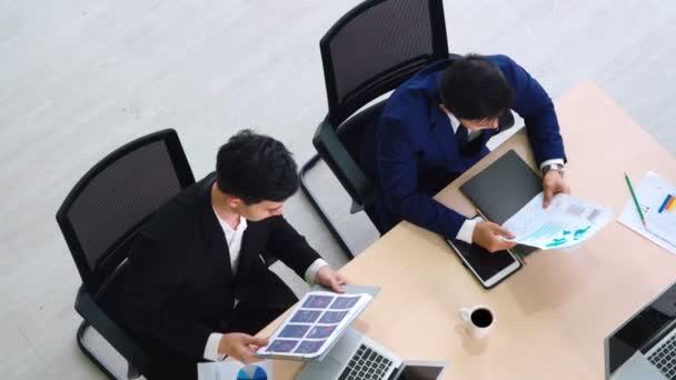 Schůzka skupiny business people byla natočena shora