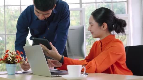 Zwei Geschäftsleute sprechen im Büro über Projektstrategie