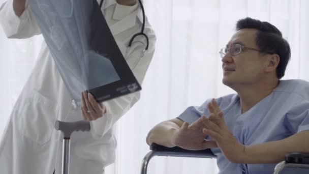 Der Arzt kümmert sich um den Patienten im Krankenhaus oder in der Klinik. Gesundheitskonzept.