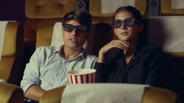 Mann und Frau im Kino beim Ansehen eines 3D-Films
