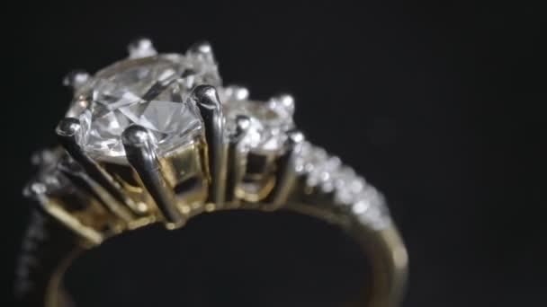 Extrémní detail diamantový prsten zblízka záběr při otáčení na tmavém pozadí