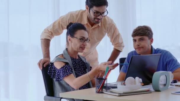 Gruppentreffen kreativer Geschäftsleute, Designer und Künstler am Schreibtisch.