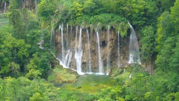 Vodopád v Plitvických jezerech, Chorvatsko.