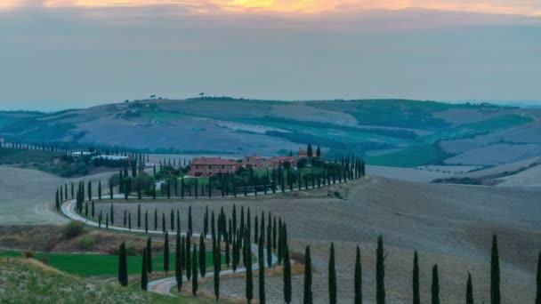 Napkeltekor megszűnik a toszkán táj Olaszországban