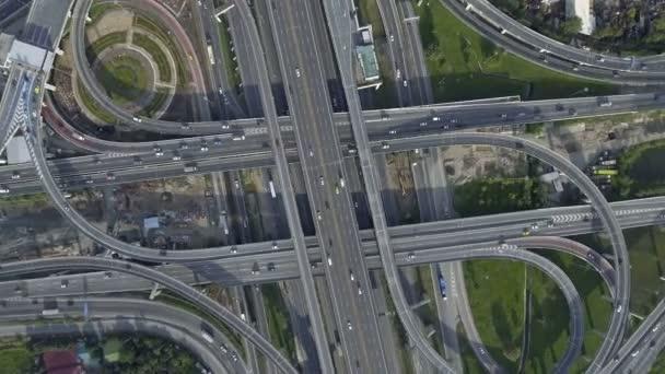 Luftaufnahme des Autobahnkreuzes mit viel Verkehr auf der Straße