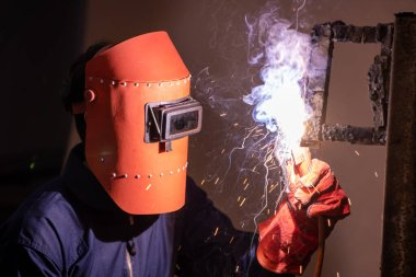 Metal kaynak çeliği, fabrikada çelik kaynaklamak için elektrikli yay kaynak makinesi kullanır. El becerisi iş gücü kavramına göre metal imalatı ve inşaat bakım hizmeti.