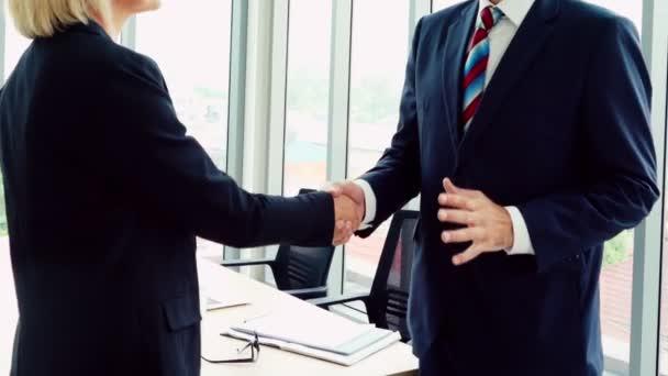Geschäftsleute per Handschlag mit Freund im Büro zeigen Vertrauen, Freundschaft und Erfolgsfeier .