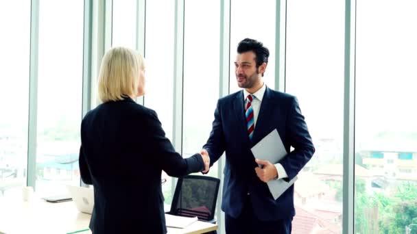 Podnikatelé potřesení rukou s přítelem v kanceláři ukazuje důvěru, přátelství a úspěch oslavy .