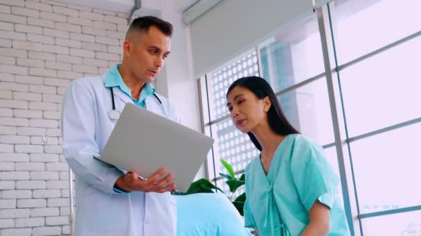 Arzt in Uniform untersucht Patient im Krankenhaus