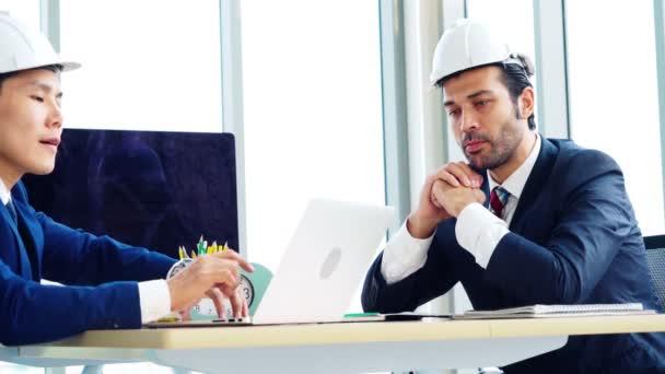 Ingenieur und Architekt treffen sich am Bürotisch
