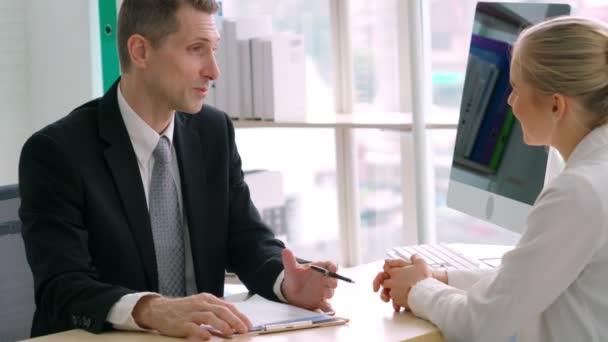 Uchazeč o práci při pohovoru s manažerem