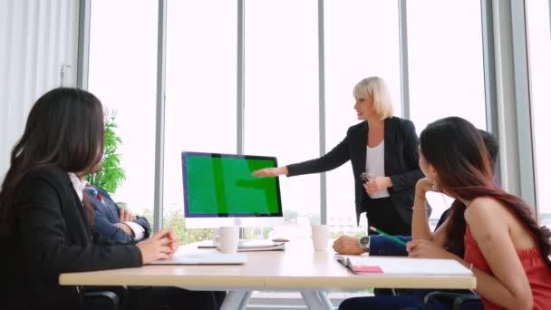 Geschäftsleute im Konferenzraum mit grünem Bildschirm