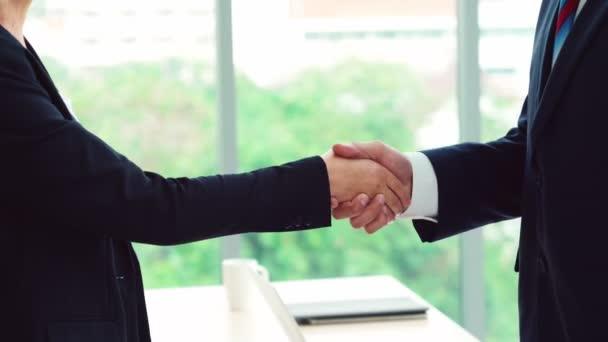 Podnikatelé potřesení rukou s přítelem v kanceláři