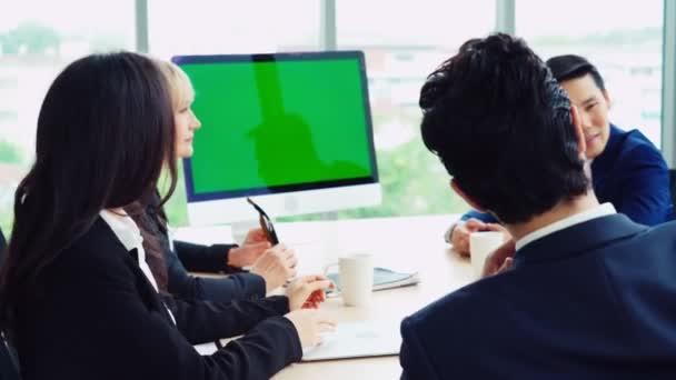 Obchodníci v konferenční místnosti se zelenou obrazovkou