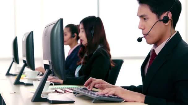Obchodníci nosí sluchátka pracující v kanceláři