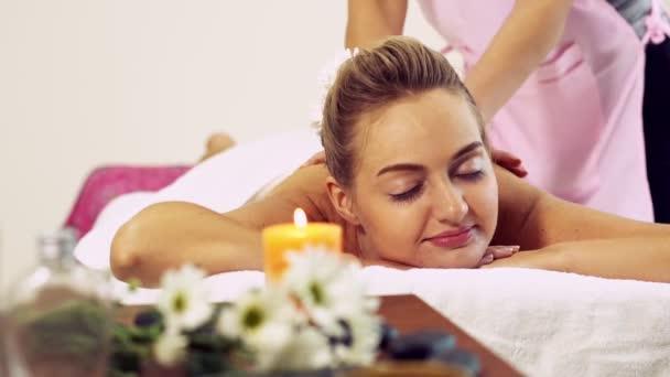 Nő kap vissza masszázs spa által masszázs terapeuta.